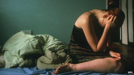 _74143047_m2450503-depressed_girl_holding_her_head_in_her_hands-spl4679343